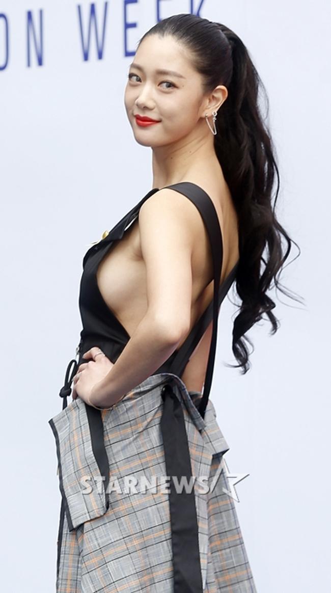 """Clara được mệnh danh  """" bom sex màn ảnh Hàn """" . Cô chẳng ngại nói không với áo ngực. Trong các bộ phim, cô thường được giao những vai diễn cô đào lẳng lơ, quyến rũ."""