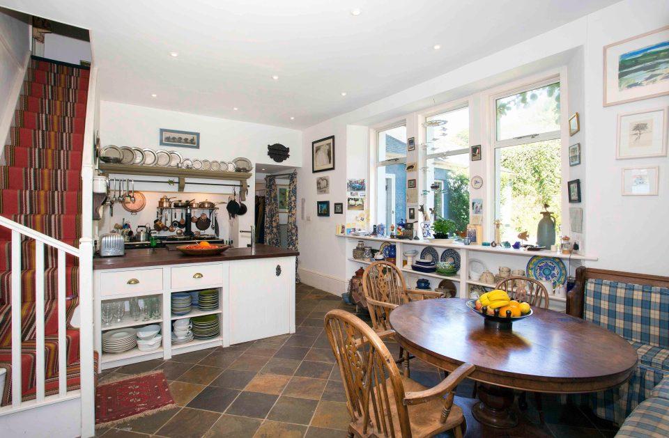 Căn nhà trị giá 89 tỷ 'vỏ xấu, ruột tốt' tại Anh - 10
