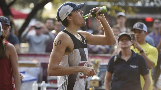 Choáng váng: Uống cả lít bia, VĐV say vẫn phá kỷ lục 1