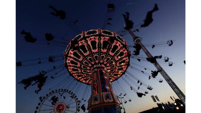 Lễ hội bia Oktoberfest lần thứ 184 thu hút hàng nghìn lượt du khách tới thưởng thức bia và giải trí tại thành phố Munich, Đức.