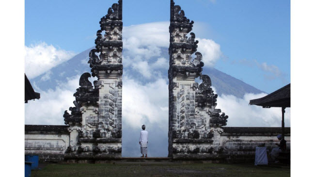 Người đàn ông nhìn tro bụi phun trào từ núi lửa Agung ở Karangasem, Bali, Indonesia.