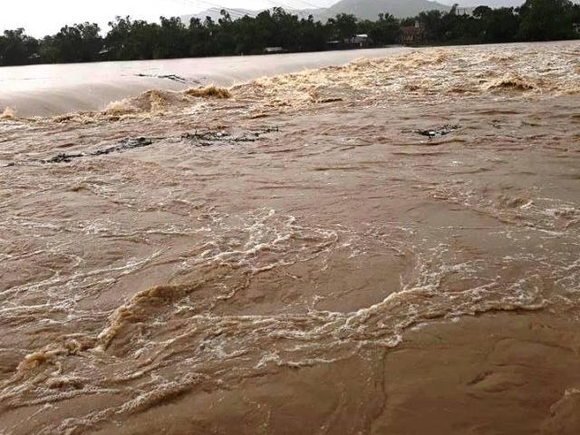 Ảnh: Phú Yên chìm trong nước lũ, nhiều khu vực bị cô lập - 12