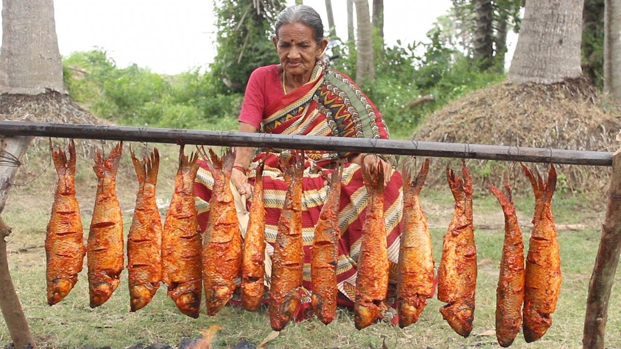 Cụ bà 106 tuổi mang cả rổ cá ra gốc dừa nướng hút 32 triệu view - 1