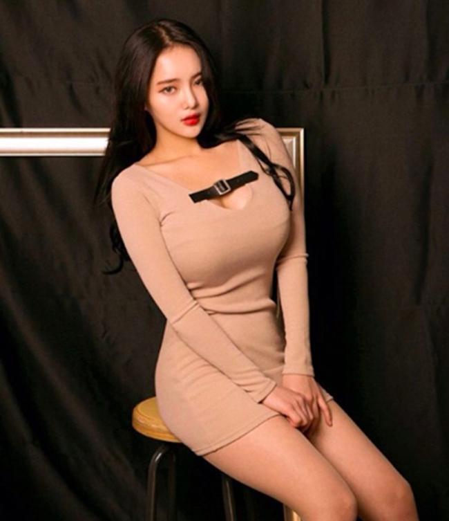 Những chiếc váy khoét ngực được người đẹp thận trọng chọn lựa, chủ yếu khi chụp hình làm người mẫu thời trang.