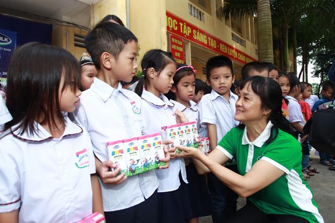Vinamilk chia sẻ khó khăn với các hộ nghèo bị ảnh hưởng do lũ tại Hà Nội - 2