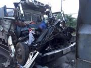 Tông vào xe tải dừng trên đường, 2 người tử vong trong cabin