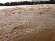 Tin tức trong ngày - Ảnh hưởng áp thấp, miền Trung mưa trắng trời, nhà dân bị ngập sâu hơn 1m
