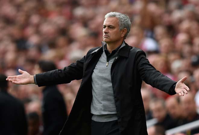 """MU loạn trước đại chiến Chelsea: Mourinho bị fan """"khiêu chiến"""", lo hầu tòa vì trốn thuế 1"""