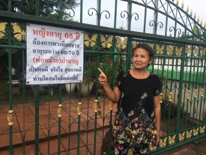 Cụ bà 65 tuổi 2 đời chồng treo biển tuyển bạn trai trước cổng nhà - 1
