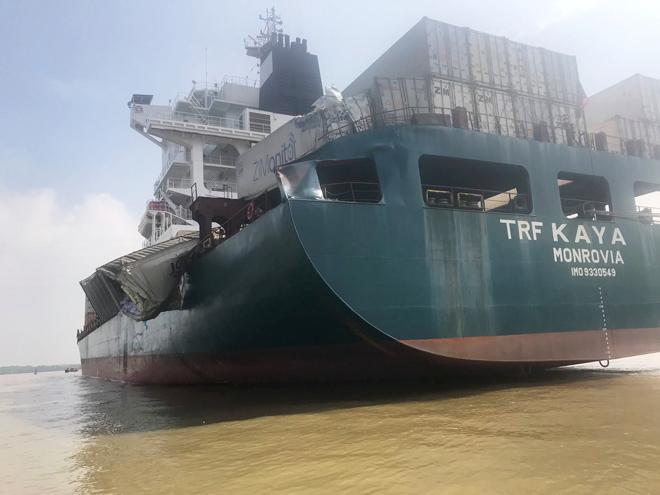 Hai tàu container va chạm khủng khiếp, hàng ngàn hộp cá rơi xuống sông - 1