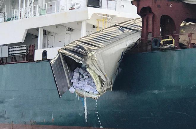 Hai tàu container va chạm khủng khiếp, hàng ngàn hộp cá rơi xuống sông - 2