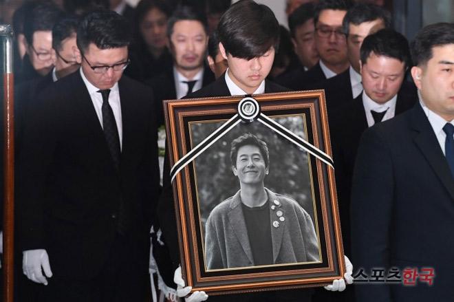 Nghệ sĩ khóc nấc trong đám tang sao Hàn tử nạn vì lật xe hơi - 1