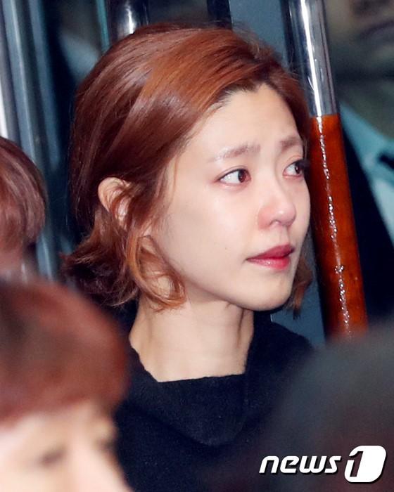 Nghệ sĩ khóc nấc trong đám tang sao Hàn tử nạn vì lật xe hơi - 9