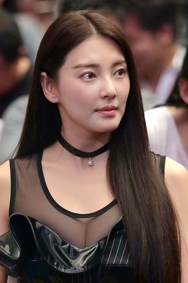 """""""Bản sao Song Hye Kyo"""" lại khoe khéo vòng 1 khi đi dự sự kiện - 1"""