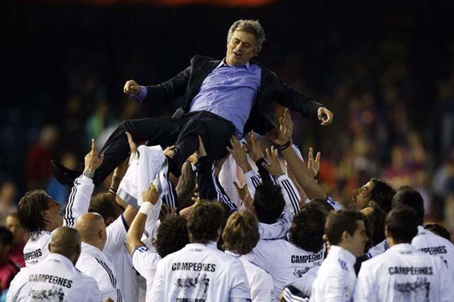 """MU loạn trước đại chiến Chelsea: Mourinho bị fan """"khiêu chiến"""", lo hầu tòa vì trốn thuế 2"""