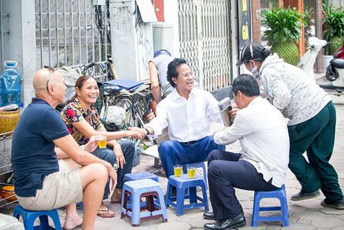 Xúc động khoảnh khắc Chế Linh ngồi trà đá vỉa hè, người bán hàng rong nhận ra và ôm chặt - 4