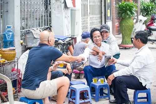 Xúc động khoảnh khắc Chế Linh ngồi trà đá vỉa hè, người bán hàng rong nhận ra và ôm chặt - 5