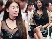 """Đời sống Showbiz - """"Bản sao Song Hye Kyo"""" lại khoe khéo vòng 1 khi đi dự sự kiện"""