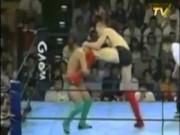 """Thể thao - Khổng lồ 2m10 - 130kg, 3 lần sấp mặt bởi """"chú bé"""": Rúng động MMA"""