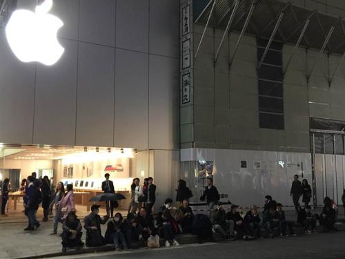 NÓNG: Người Việt mua loạt iPhone X ở Singapore về nước ngay chiều nay - 2