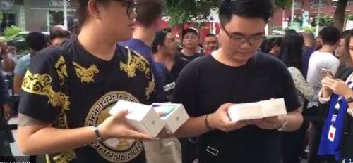 NÓNG: Người Việt mua loạt iPhone X ở Singapore về nước ngay chiều nay - 1