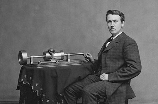 2. Thomas Edison là 1 trong những thiên tài khoa học vĩ đại nhất lịch sử nhân loại. Người ta kể lại rằng, để trở thành cộng sự của ông cần trải qua 1 vòng phỏng vấn rất  lạ đời . Ông sẽ để cho các ứng viên mỗi người 1 bát súp cùng các loại gia vị, đồng thời quan sát cách họ thưởng thức chúng. Những người thêm gia vị vào bát súp trước khi nếm sẽ bị loại ngay lập tức vì ông cho rằng mình không thể làm việc cùng với người có quá nhiều giả định trong đầu. Ngoài ra, Edison là người thiết lập thời gian ngủ cho mình khá đặc biệt với nhiều giấc ngủ ngắn được xen kẽ trong suốt cả ngày. Ông lý giải thói quen này sẽ giúp mình tiết kiệm thời gian ngủ đồng thời có nhiều thời điểm tỉnh táo hơn để làm việc.