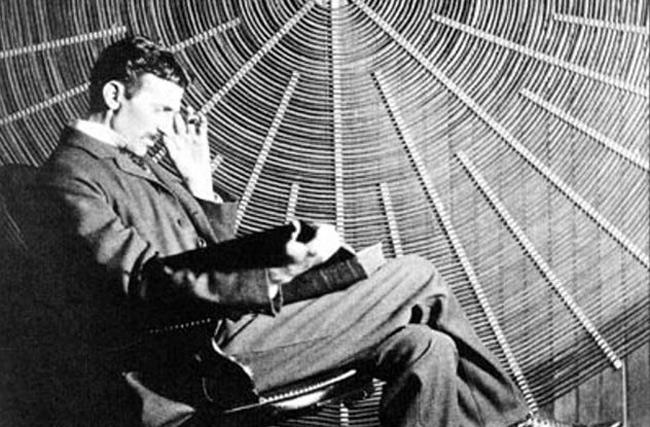3. Nikola Tesla là tác giả của hơn 300 phát minh có giá trị khoa học và đời sống như nam châm điện, radio, động cơ không đồng bộ,… Ông thường xuyên làm việc liên tục từ 3 giờ sáng đến 11 giờ đêm, chính thói quen này khiến Tesla bị suy nhược thần kinh ở tuổi 25. Rất may, sau đó ông đã khôi phục lại tinh thần và tiếp tục lịch trình làm việc liên tục như vậy suốt 38 năm tiếp theo. Tesla là người đàn ông độc thân và làm bạn với chim bồ câu. Ông bị ám ảnh với những người phụ nữ thừa cân và các loại trang sức (đặc biệt là ngọc trai).