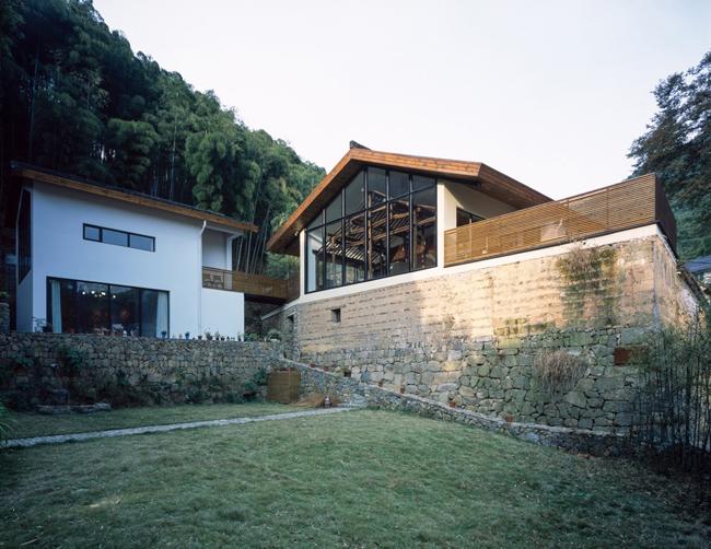 Biệt thự này được gọi là  Ngôi nhà một nửa , tọa lạc trên một sườn núi ở tỉnh Chiết Giang, Trung Quốc.
