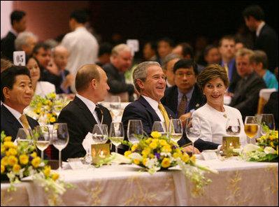 Việt Nam tổ chức tiệc chiêu đãi APEC rực rỡ và hoành tráng - 2