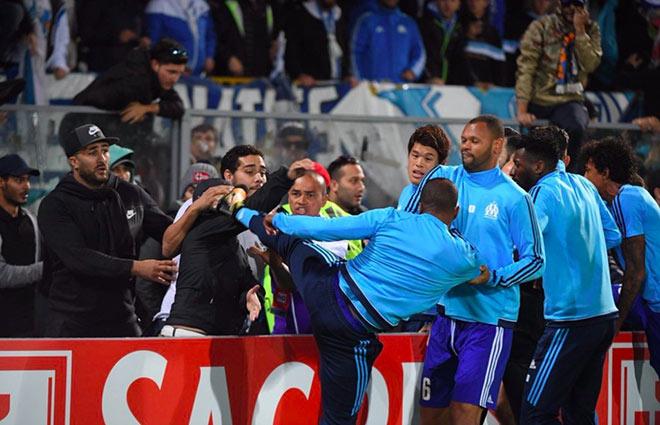 SAO MU tung cước đạp CĐV: Patrice Evra tái hiện Cantona 1