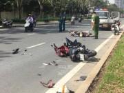 Tai nạn giao thông - Hai xe máy vỡ nát gần hầm vượt sông SG, 2 người nguy kịch