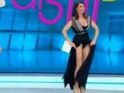 Pha tốc váy  khó đỡ  trên sóng quốc gia của nữ MC xinh đẹp