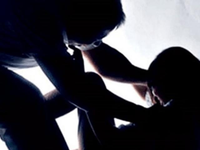 Đi hát karaoke, bé gái 13 tuổi bị hai 9X cùng nhóm hãm hiếp