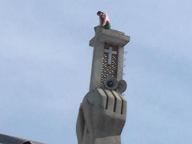 """Thanh niên """"luyện công"""" trên nóc chùa ở SG suốt nhiều giờ - 6"""