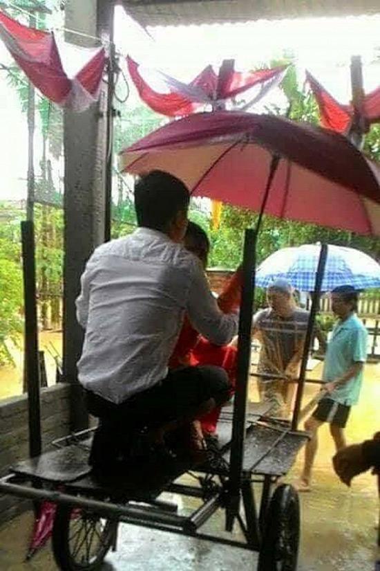 """Màn rước dâu trong rốn lũ bằng phương tiện """"độc"""" ở Quảng Nam - 2"""