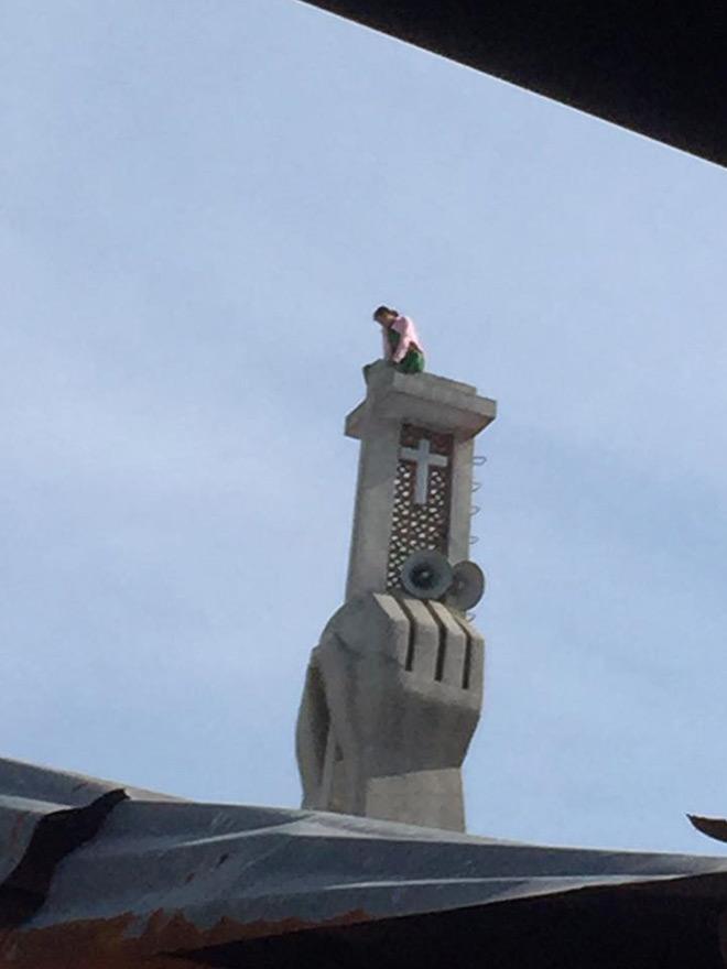 Cô gái trèo lên tháp chuông nhà thờ 2 ngày không thèm... xuống! - 1