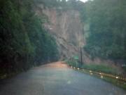 Lở núi nghiêm trọng ở Huế, hơn 20 người mắc kẹt đang chờ ứng cứu