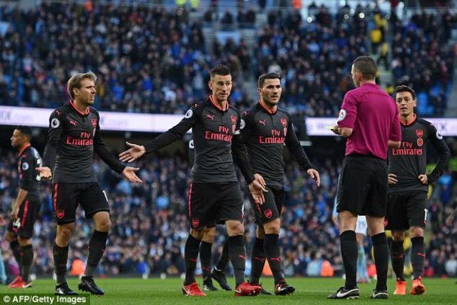 Arsenal thua đau Man City: Wenger cay cú trọng tài, Pep vỗ ngực tự hào 2