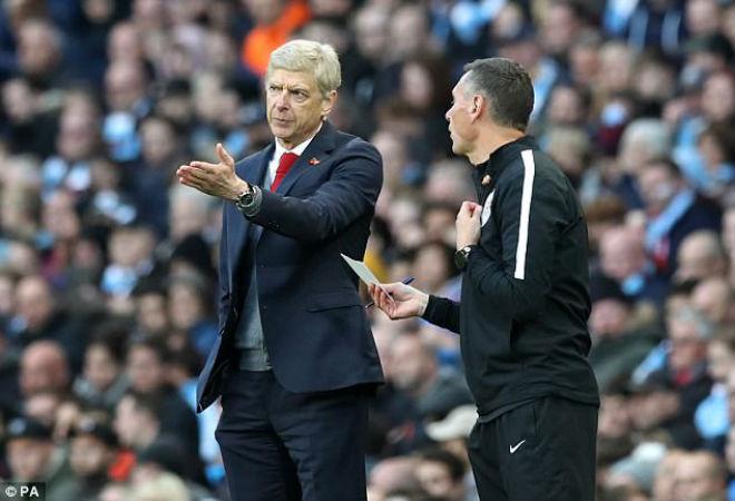 Arsenal thua đau Man City: Wenger cay cú trọng tài, Pep vỗ ngực tự hào 4