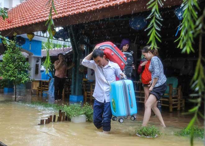 Hội An nước ngập đến nóc nhà, dân bắt đầu sơ tán - 3