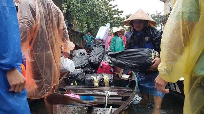 Hội An nước ngập đến nóc nhà, dân bắt đầu sơ tán - 5