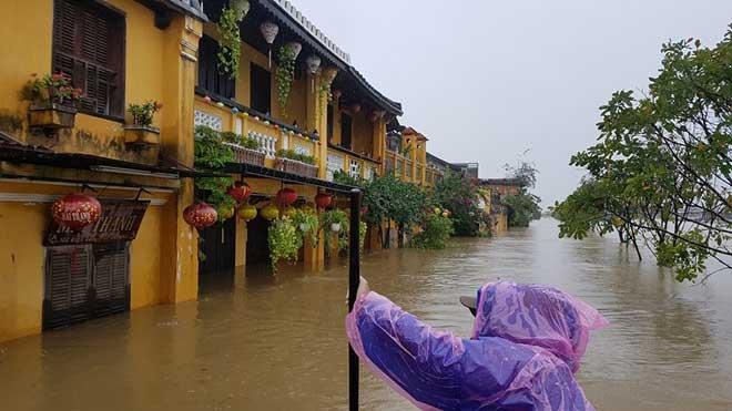 Hội An nước ngập đến nóc nhà, dân bắt đầu sơ tán - 7