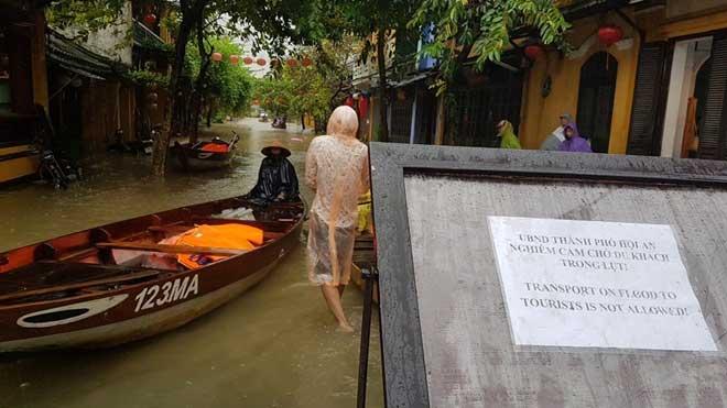 Hội An nước ngập đến nóc nhà, dân bắt đầu sơ tán - 8