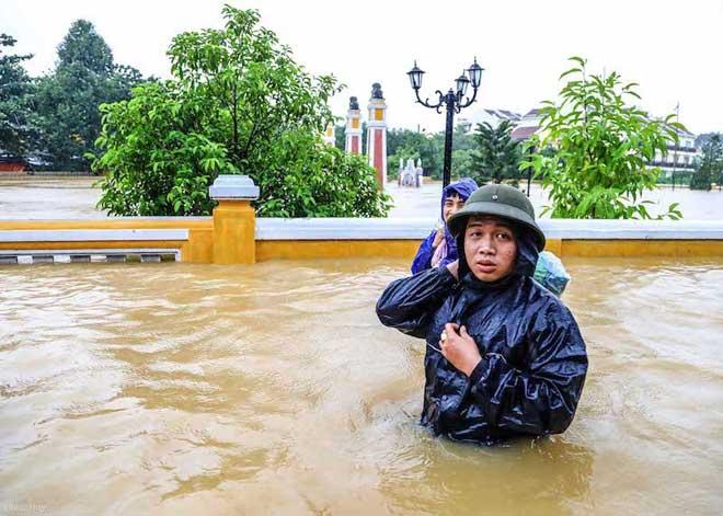 Hội An nước ngập đến nóc nhà, dân bắt đầu sơ tán - 9