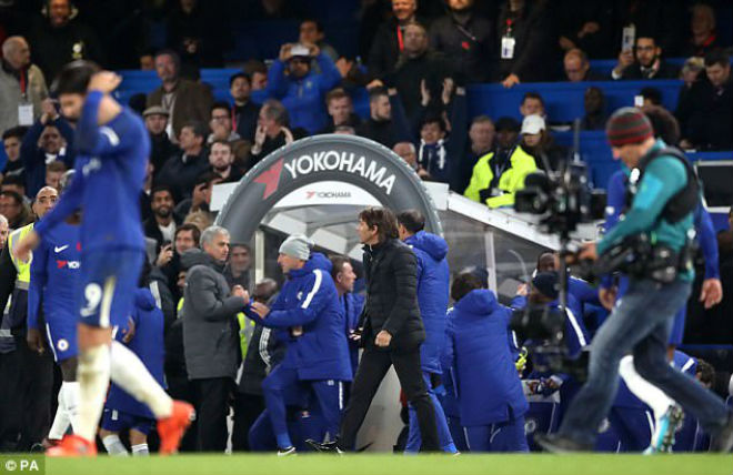 """Đấu khẩu MU - Chelsea: Mourinho nói """"cứng"""", bị Conte xem thường ra mặt - 2"""