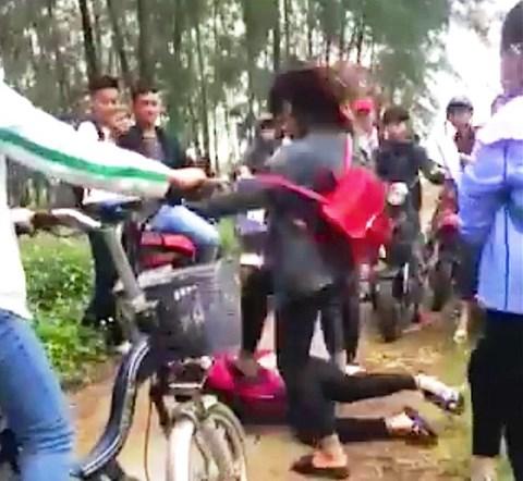 Nghệ An: Kinh hoàng cảnh 3 nữ sinh đánh bạn không thương tiếc - 1