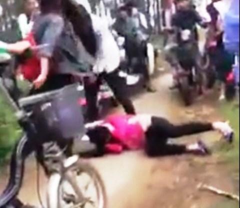 Nghệ An: Kinh hoàng cảnh 3 nữ sinh đánh bạn không thương tiếc - 2