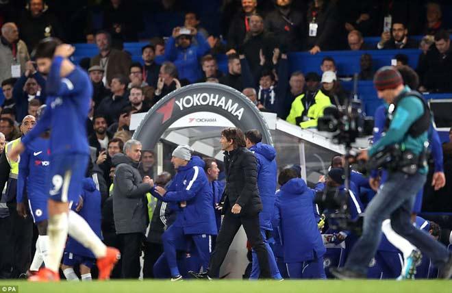 Thua Chelsea, trăm triệu fan MU kể tội Mourinho, chúc mừng... Man City 1
