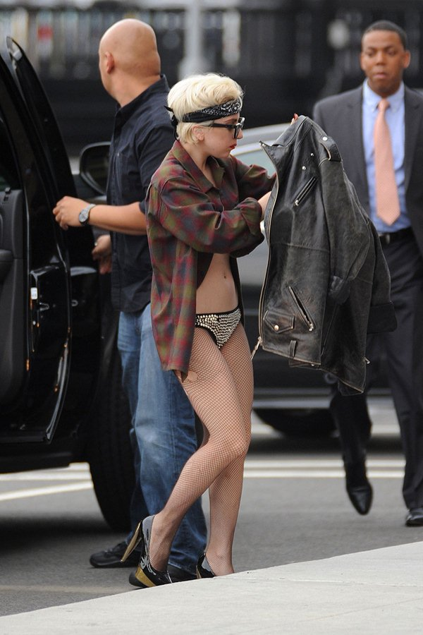 """Ca sĩ """"dị nhất hành tinh"""" gây tắc nghẽn giao thông vì mặc bikini xuống phố - 6"""