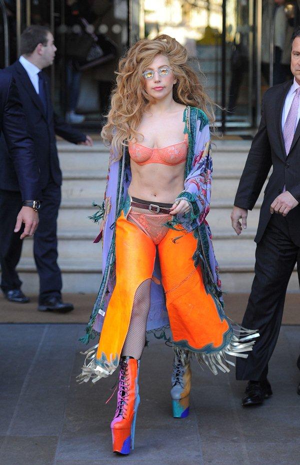 """Ca sĩ """"dị nhất hành tinh"""" gây tắc nghẽn giao thông vì mặc bikini xuống phố - 3"""